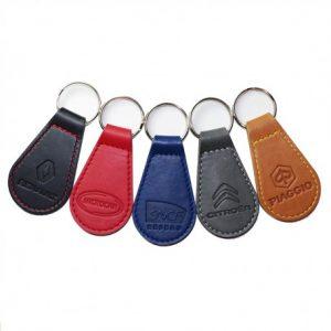 porte-clés voiture avec marque gravée dans cuir