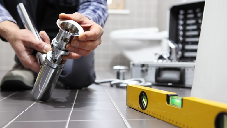 Plombier chauffagiste en plein travail